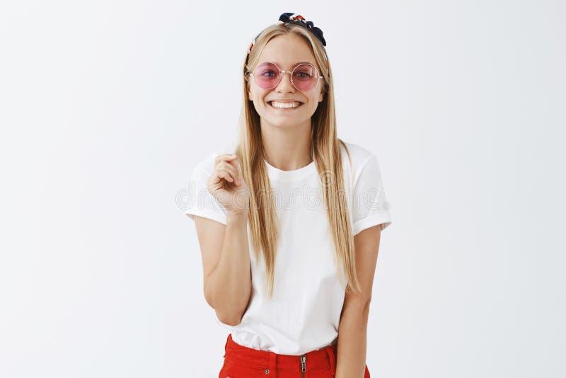 Elegancki i modny piękna blogger chętny dzielić jej sekrety z w górę Atrakcyjna szczęśliwa kobieca blond dziewczyna wewnątrz zdjęcia stock