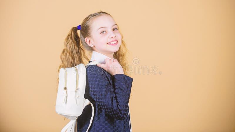 Elegancki i ufny Ma?a dziewczyna z mody spojrzeniem Ma?a dziewczynka z d?ugim blondynem w moda stylu Ma?a dziewczynka fotografia stock