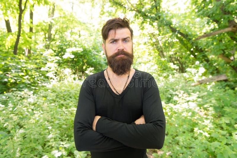 Elegancki i wygodny Poważny elegancki modniś na lecie plenerowym Brodaty mężczyzna jest ubranym przypadkowego tshirt z eleganckim obrazy royalty free