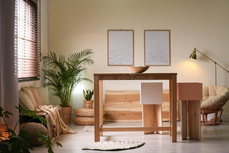 Elegancki jadalni wnętrze z nowożytnym stołu setem zdjęcie stock
