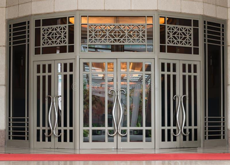 Elegancki klasyczny wielki liścia drzwi zdjęcia royalty free