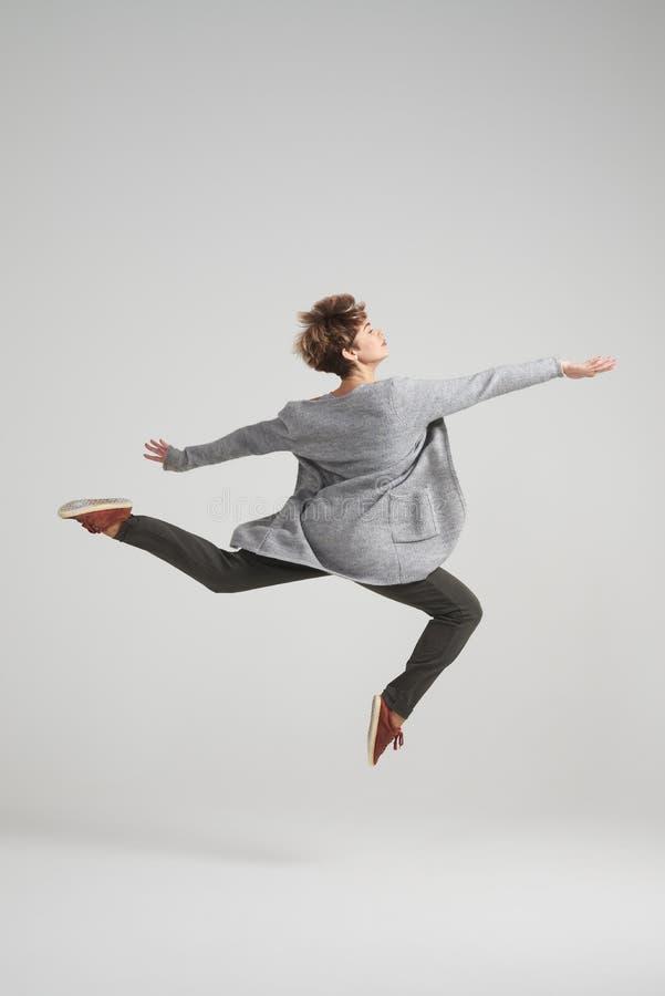 Elegancki kobiety spełniania taniec przy studiiem zdjęcia stock
