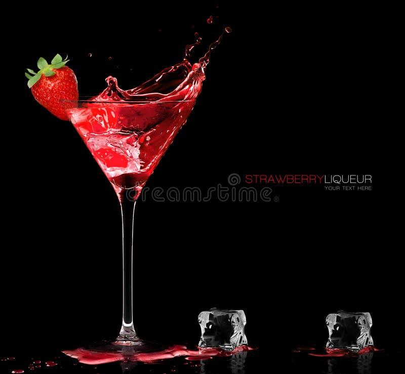 Elegancki koktajlu szkło z Truskawkowym trunku chełbotaniem Templat zdjęcia royalty free