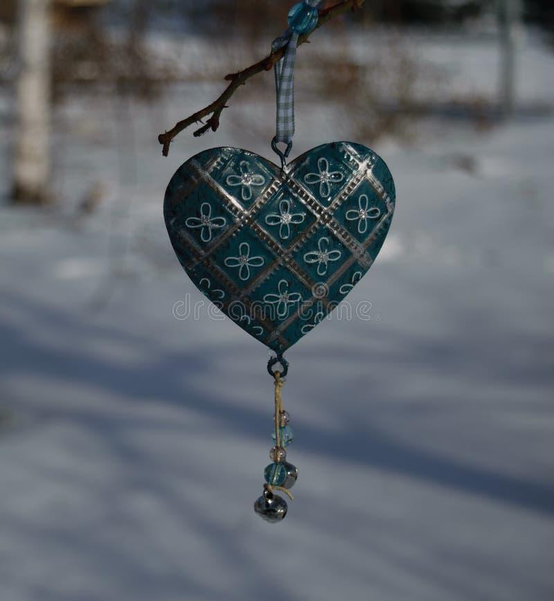Elegancki kruszcowy turkusowy serce z kwiecistym ornamentem wiesza o obrazy royalty free