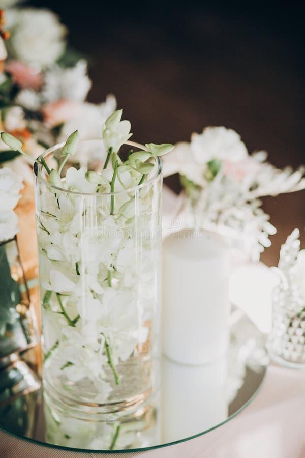 Elegancki kwiecisty wystrój na ślubu stole Białe róże, eustoma, świeczka, hortensja kwitną w szkle na ślubnym centerpiece luz obraz royalty free