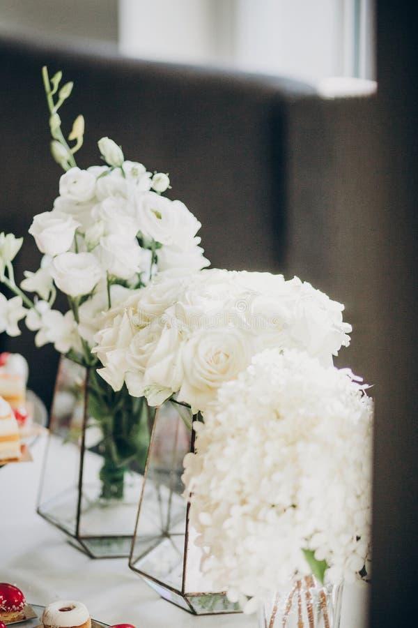 Elegancki kwiecisty wystrój na ślubu stole Białe róże i hortensja kwiaty w szklanej wazie na ślubnym centerpiece Luksusowy cateri obrazy royalty free