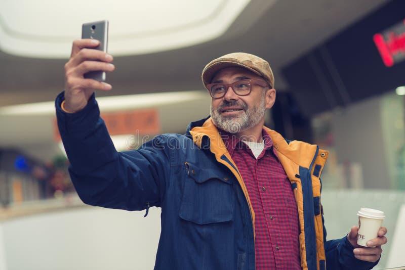 Elegancki mężczyzna bierze selfie zdjęcie royalty free