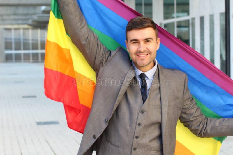 Elegancki mężczyzna macha homoseksualną flagę obrazy royalty free