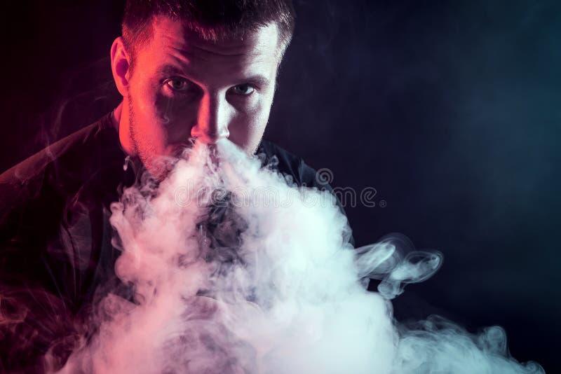 elegancki mężczyzna palacz obraz stock