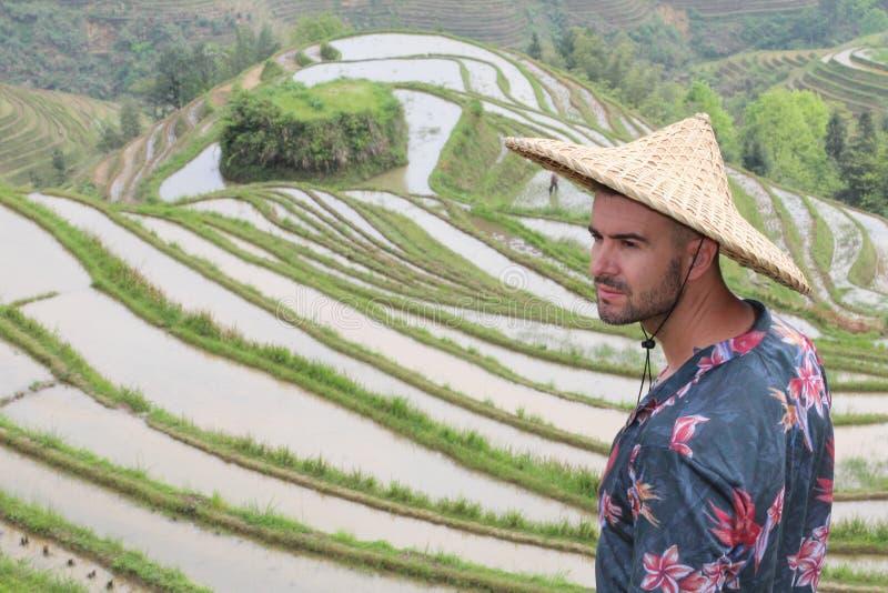 Elegancki mężczyzna w Azjatyckich ryżowych tarasach zdjęcia royalty free
