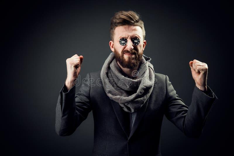 Elegancki mężczyzna z układami scalonymi podnosi jego pięści w oczach, sukces fotografia royalty free