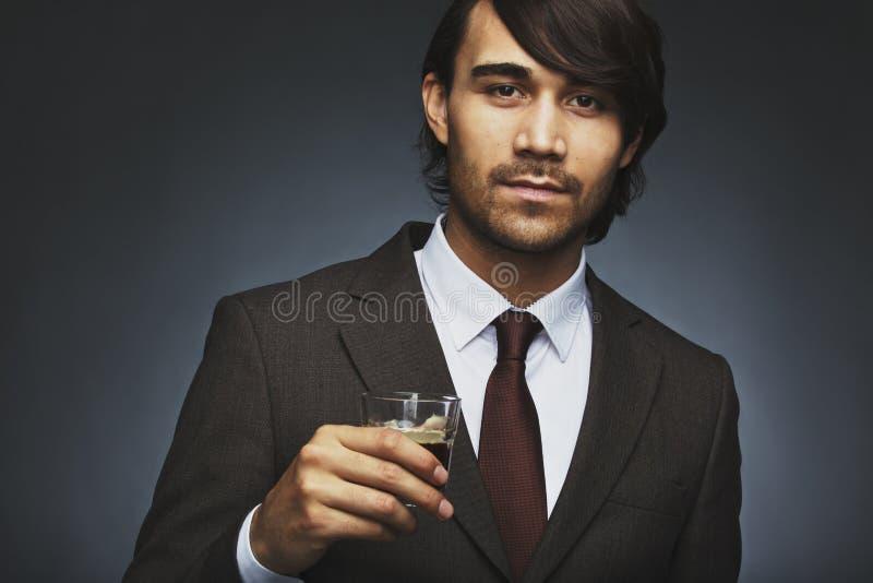 Elegancki młody biznesmen pije kawę fotografia stock