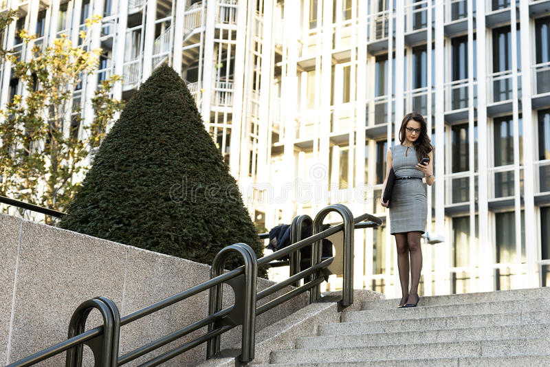 Elegancki Młody bizneswomanu writing email telefonem obrazy royalty free