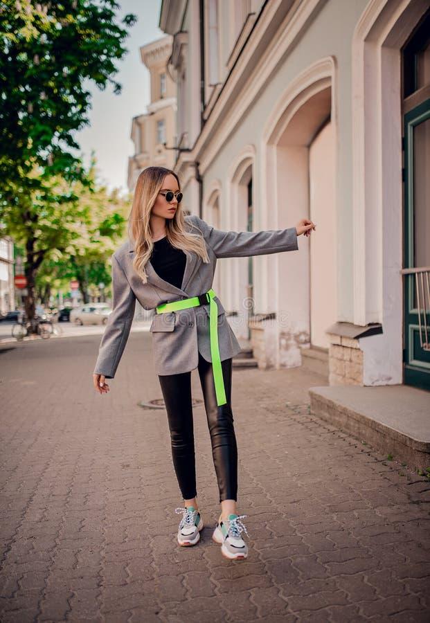 Elegancki młody blogger pozuje na ulicie zdjęcie stock