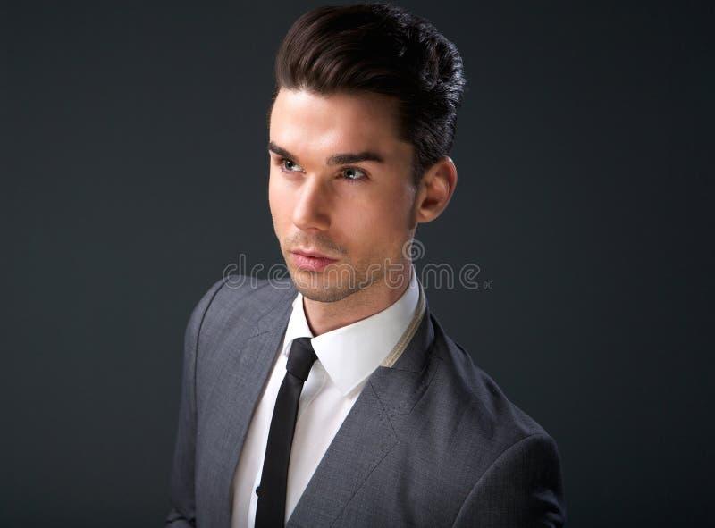 Elegancki młody człowiek w garniturze i krawacie fotografia royalty free