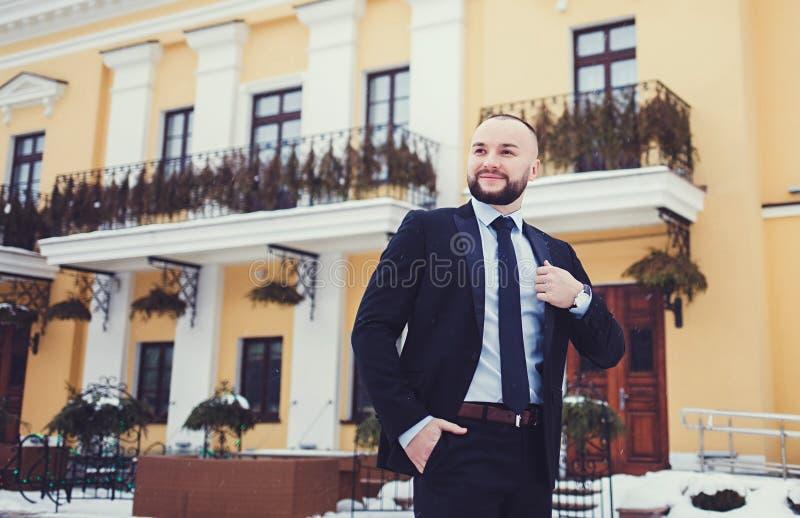 Elegancki młody człowiek w kostiumu i krawacie zdjęcie stock
