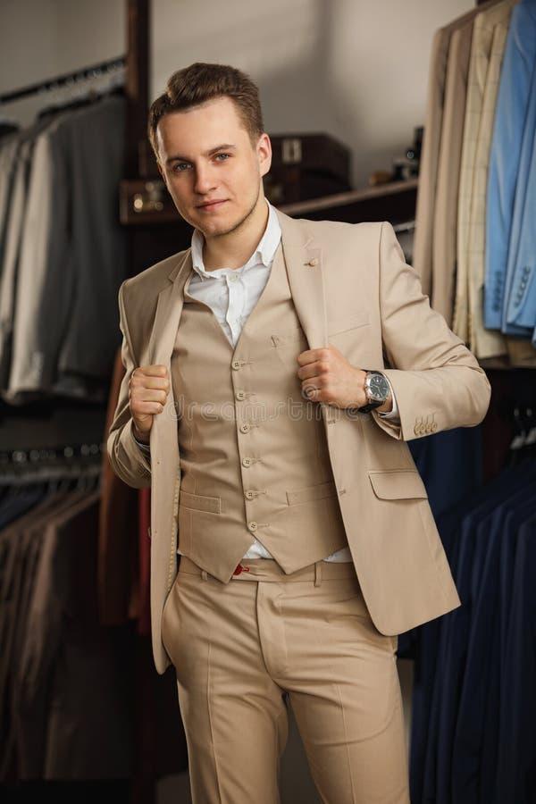 Elegancki młody człowiek w kostiumu i krawacie długopis biznesowej stylu biała kobieta modny wizerunek zielony tło urzędnik Sekso zdjęcia stock