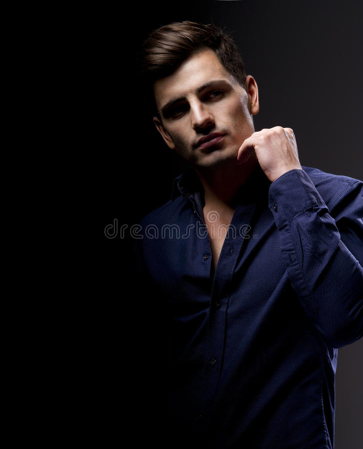 Elegancki młody przystojny mężczyzna. obraz royalty free