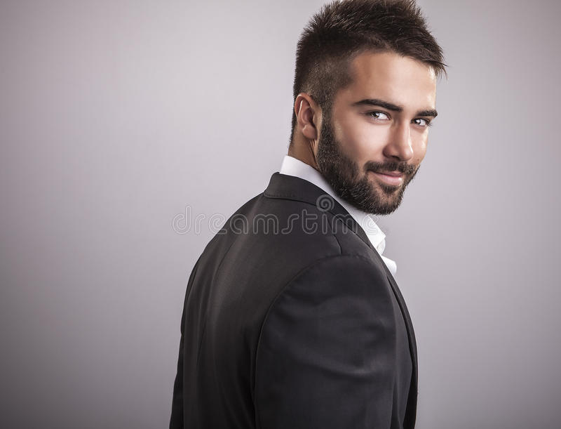 Elegancki młody przystojny mężczyzna. Pracowniany moda portret. obraz royalty free