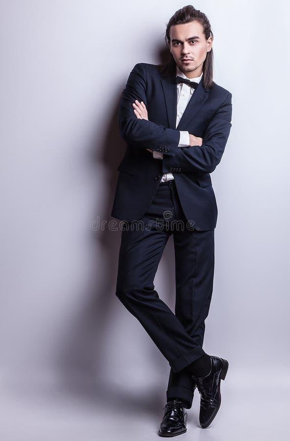 Elegancki młody przystojny mężczyzna. Pracowniany moda portret. fotografia royalty free
