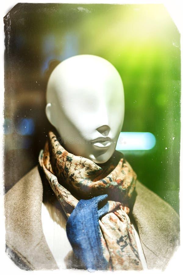 Elegancki mannequin dolly przedstawia odzieżowego szalika obraz stock