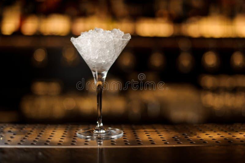 Elegancki Martini szkło wypełniał z lodem na barze zdjęcie stock