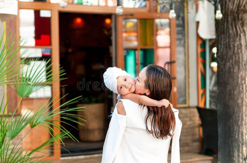 Elegancki matki i córki przytulenie blisko kawiarni fotografia royalty free
