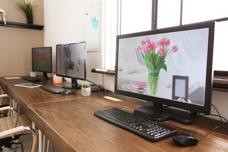 Elegancki miejsca pracy wnętrze z komputerami fotografia royalty free