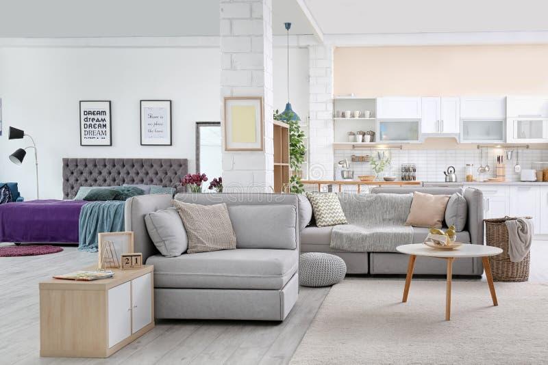Elegancki mieszkania wnętrze z nowożytną kuchnią obrazy stock