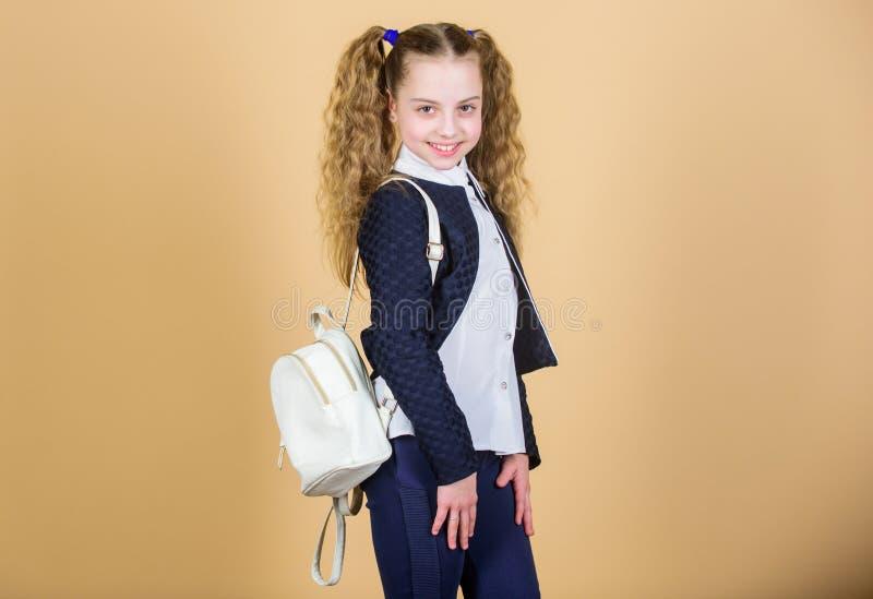 Elegancki mini plecak Uczy si? jak dysponowany plecak prawid?owo Dziewczyny ma?y modny cutie niesie plecaka Popularny pożytecznie fotografia stock