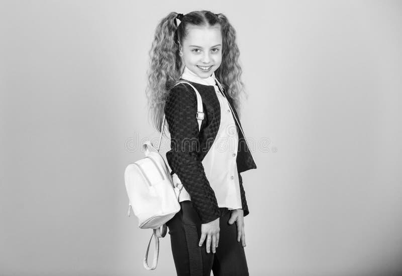Elegancki mini plecak Uczy si? jak dysponowany plecak prawid?owo Dziewczyny ma?y modny cutie niesie plecaka Popularny po?ytecznie obrazy stock