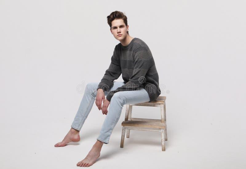 Elegancki moda mężczyzna modela obsiadanie na krześle fotografia stock