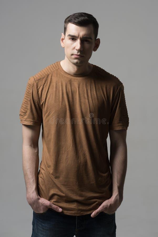 Elegancki moda modela mężczyzna w przypadkowym stylu Powabny przystojny hip hop styl dla faceta w studiu portret ogolony mężczyzn zdjęcia royalty free