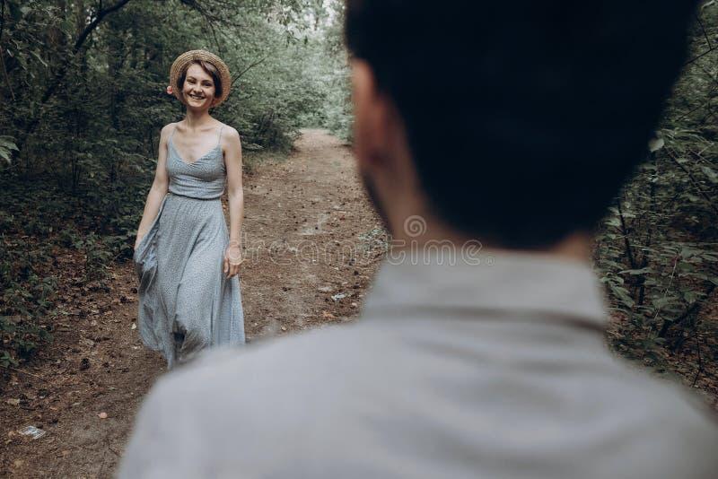 Elegancki modniś pary odprowadzenie i taniec w zielonych lato pierwszych planach obrazy royalty free