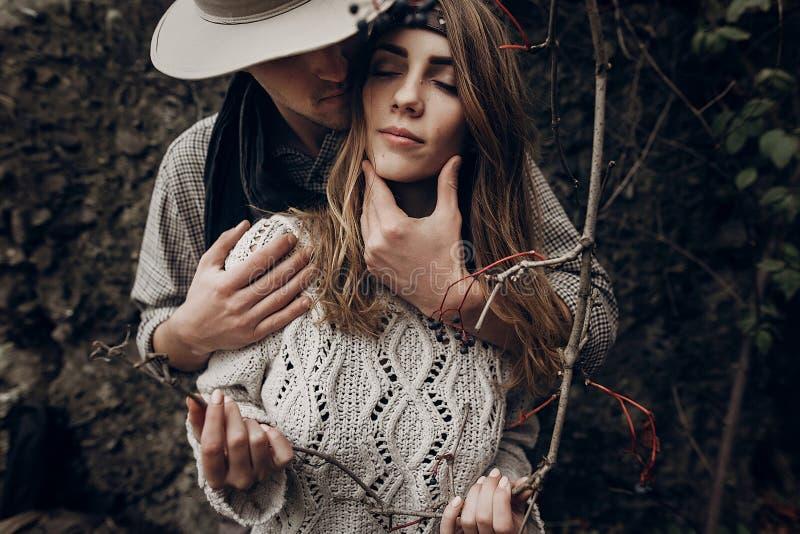 Elegancki modniś pary oferty przytulenie boho gypsy kobiety mienie obraz stock