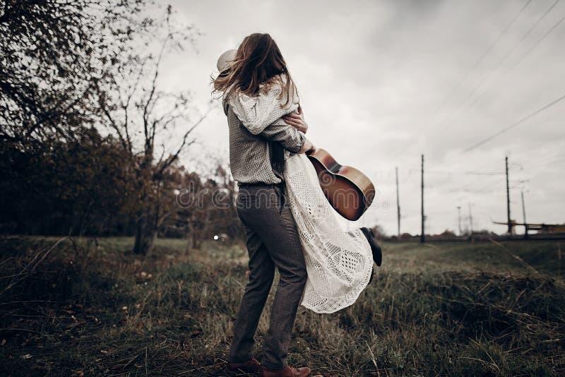 Elegancki modniś pary taniec w wietrznym polu boho gypsy kobieta zdjęcia stock