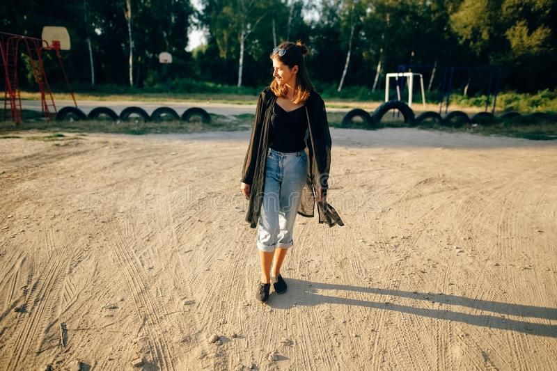 Elegancki modni? dziewczyny odprowadzenie w pogodnej ulicie, atmosferyczny moment Modna ch?odno kobieta z czarnymi okularami prze zdjęcie royalty free