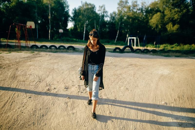 Elegancki modni? dziewczyny odprowadzenie w pogodnej ulicie, atmosferyczny moment Modna ch?odno kobieta z czarnymi okularami prze fotografia royalty free