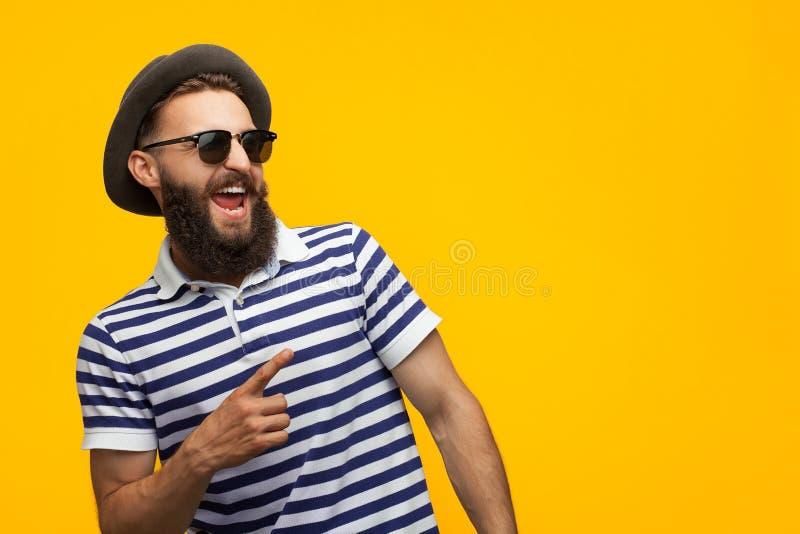 Elegancki modnisia mężczyzna wskazuje daleko od zdjęcie royalty free