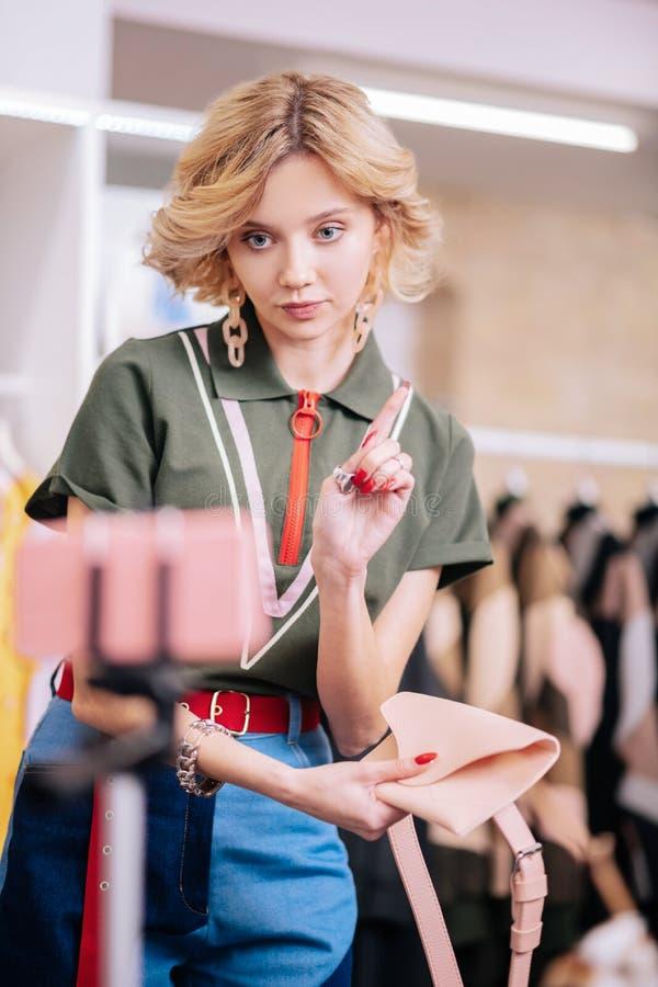Elegancki mody blogger mówi niektóre reguły być ubranym akcesoria zdjęcia royalty free