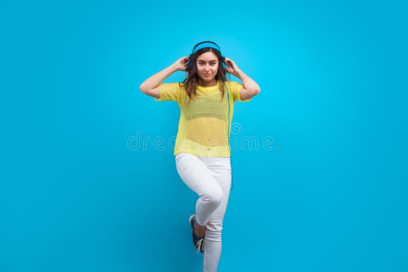 Elegancki nastoletni pozować w słuchawkach zdjęcie royalty free
