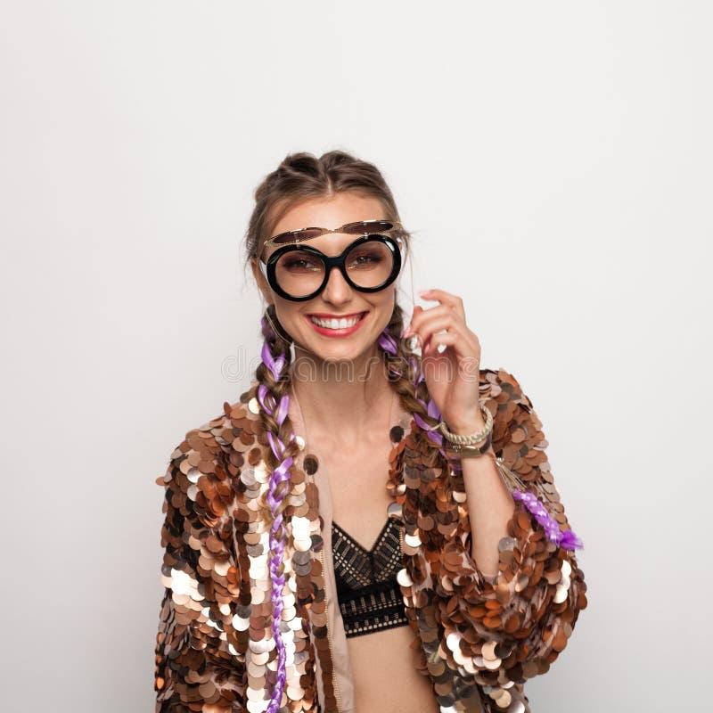 Elegancki nastoletni w kreatywnie kurtce i okularach przeciwsłonecznych zdjęcie royalty free
