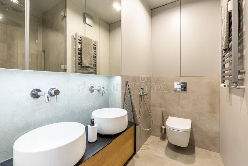 Elegancki, nowożytny en apartamentu łazienki wnętrze z beżu marmurem do, obrazy royalty free