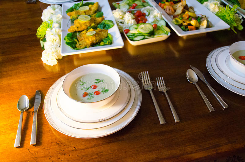 Elegancki obiadowy bufet z polewką, ryba i warzywami, fotografia royalty free