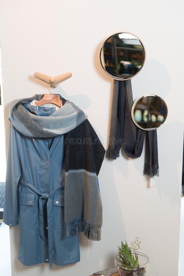 Elegancki odkładać z butami i odziewa w mieszkaniach obraz stock
