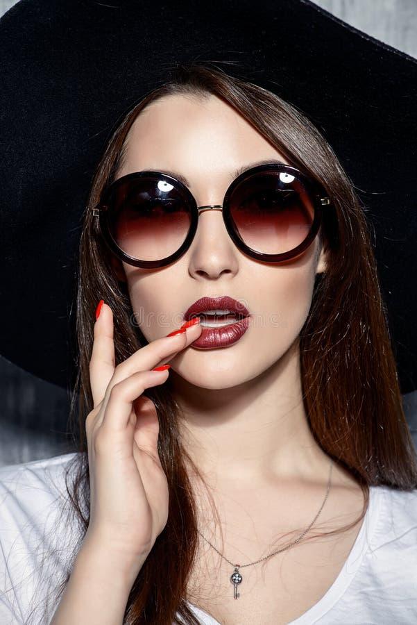 Elegancki okulary przeciwsłoneczni portret obrazy royalty free