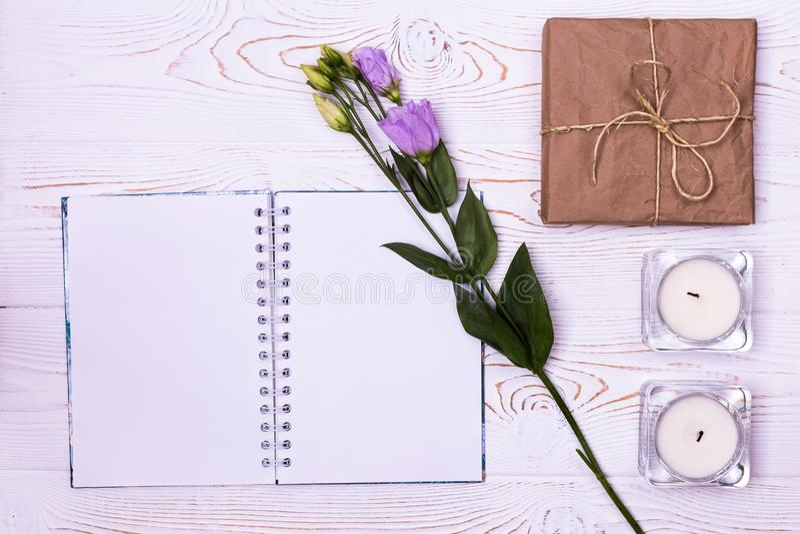 Elegancki oznakuje mockup wystawiać twój grafika Pusty notatnik, prezenta pudełko zawijający w Kraft papierze, kwiat, świeczki na zdjęcia royalty free