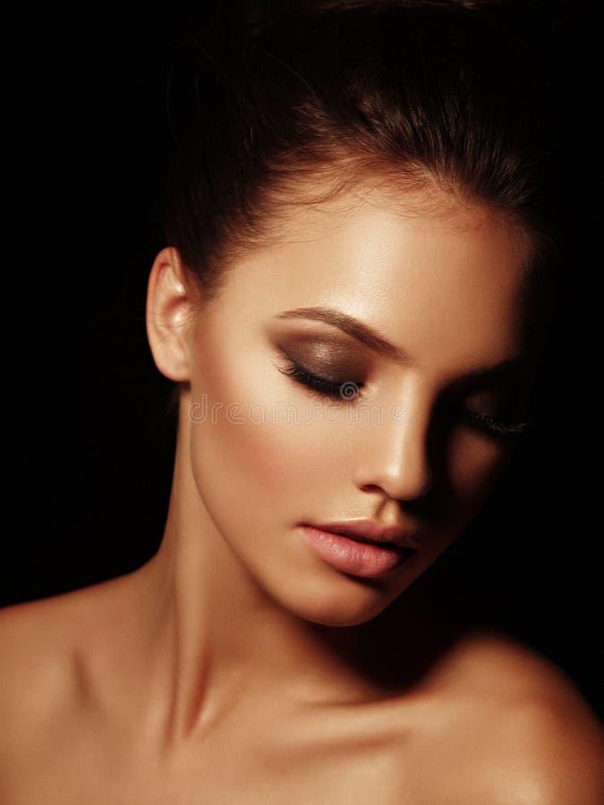 Elegancki portret seksowna interesująca naga brunetka z pełnymi wargami i zamykającymi oczami na czarnym tle obraz royalty free