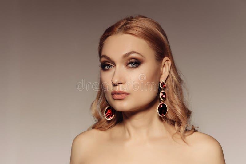 Elegancki portret w średnim wieku kobieta z dużymi kolczykami z czerwonymi kamieniami Wspaniały luksusowy oświadczenia akcesorium zdjęcie stock