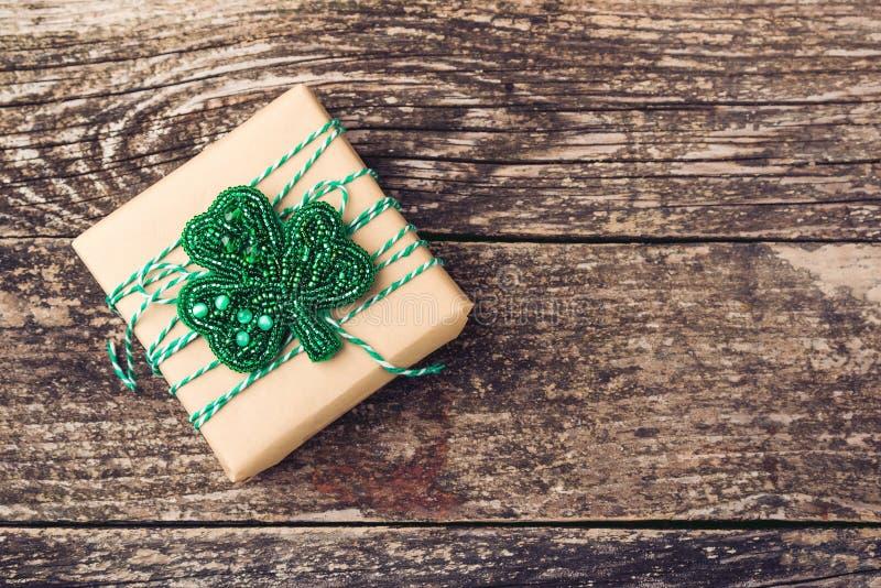 Elegancki prezenta pudełko z broszką dla jewerly urodziny, matki lub kobiety dnia, Piękny prezenta pudełko na starym drewnianym t obrazy royalty free